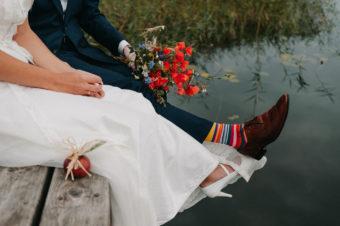 Naturalna sesja ślubna nad jeziorem.