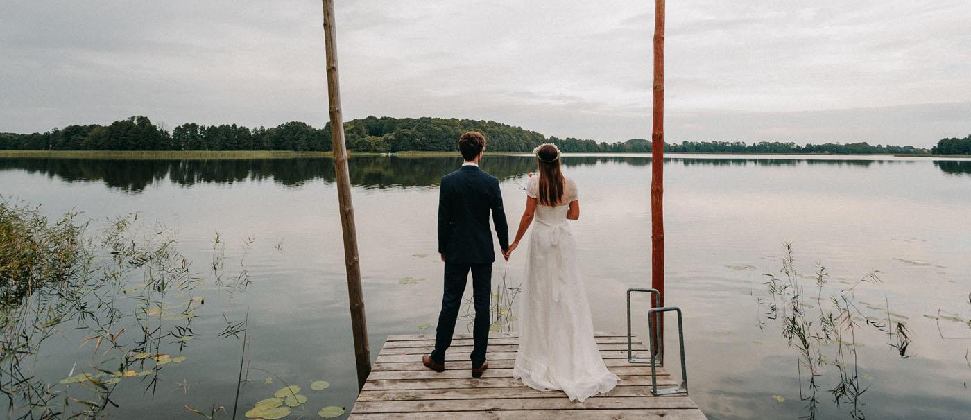 naturalna sesja ślubna nad jeziorem