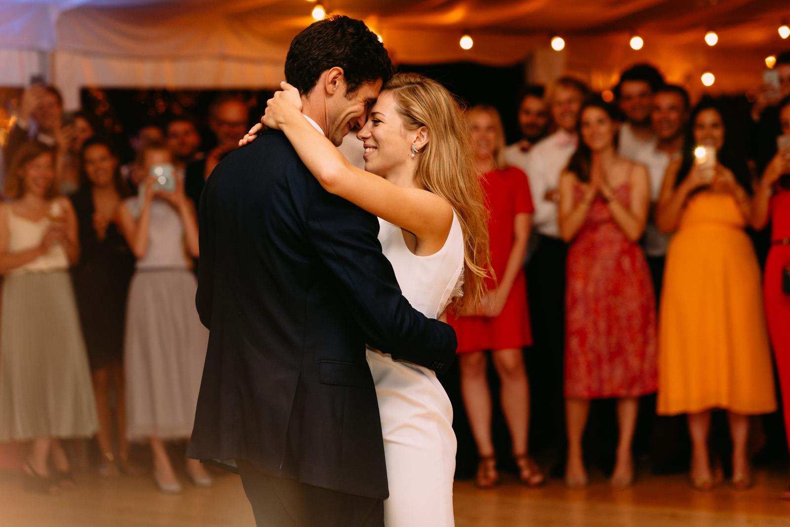 Mloda para tanczy pierwszy taniec podczas wesela w Pałac Zdunowo- Luke Sezeck fotografia
