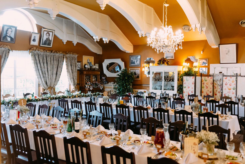 """rustykalne wesele pod Warszawą- ślubne dekoracje sali weselnej restauracji """"Przepis na kompot"""" w Żelazowej Woli- Luke Sezeck"""