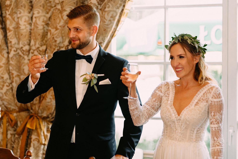 """rustykalne wesele pod Warszawą- para młoda w restauracji """"Przepis na kompot"""" w Żelazowej Woli- Luke Sezeck"""