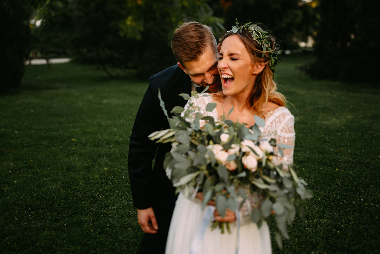 naturalna sesja ślubna w stylu rustykalnym- młoda para w Parku Chopina Żelazowa Wola- Luke Sezeck