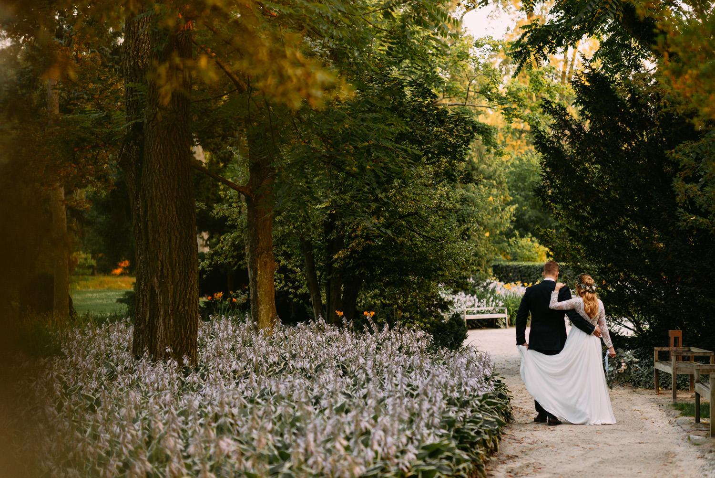 rustykalna sesja ślubna- piękna para młoda w Parku Muzeum Chopina- Luke Sezeck