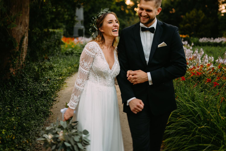 rystykalne wesele pod warszawą- szczęśliwa para młoda w parku Chopina Żelazowa Wola- Luke Sezeck