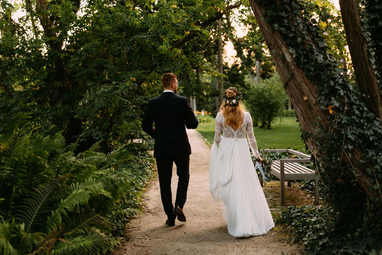 rustykalne wesele- spacer młodej pary w Parku w Żelazowej Woli- Luke Sezeck fotograf ślubny