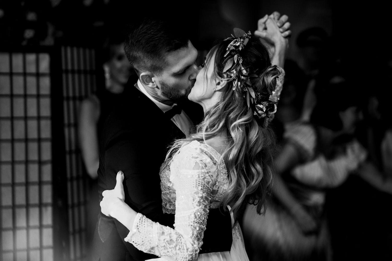 """rustykalne wesele pod Warszawą- pierwszy taniec młodej pary w restauracji """"Przepis na kompot""""- Luke Sezeck"""