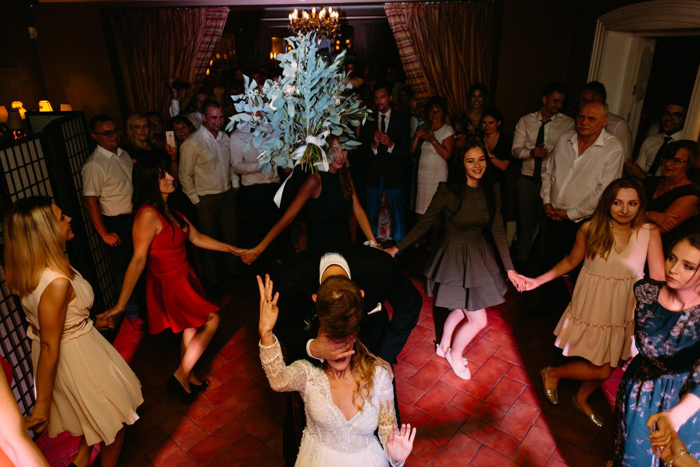 oczepiny na weselu w stylu rustykalnym