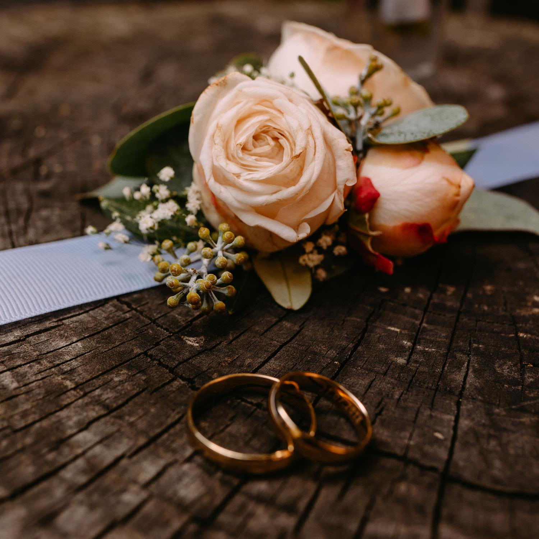 obrączki i kwiaty - dekoracje ślubne panny młodej- Luke Sezeck Photographer