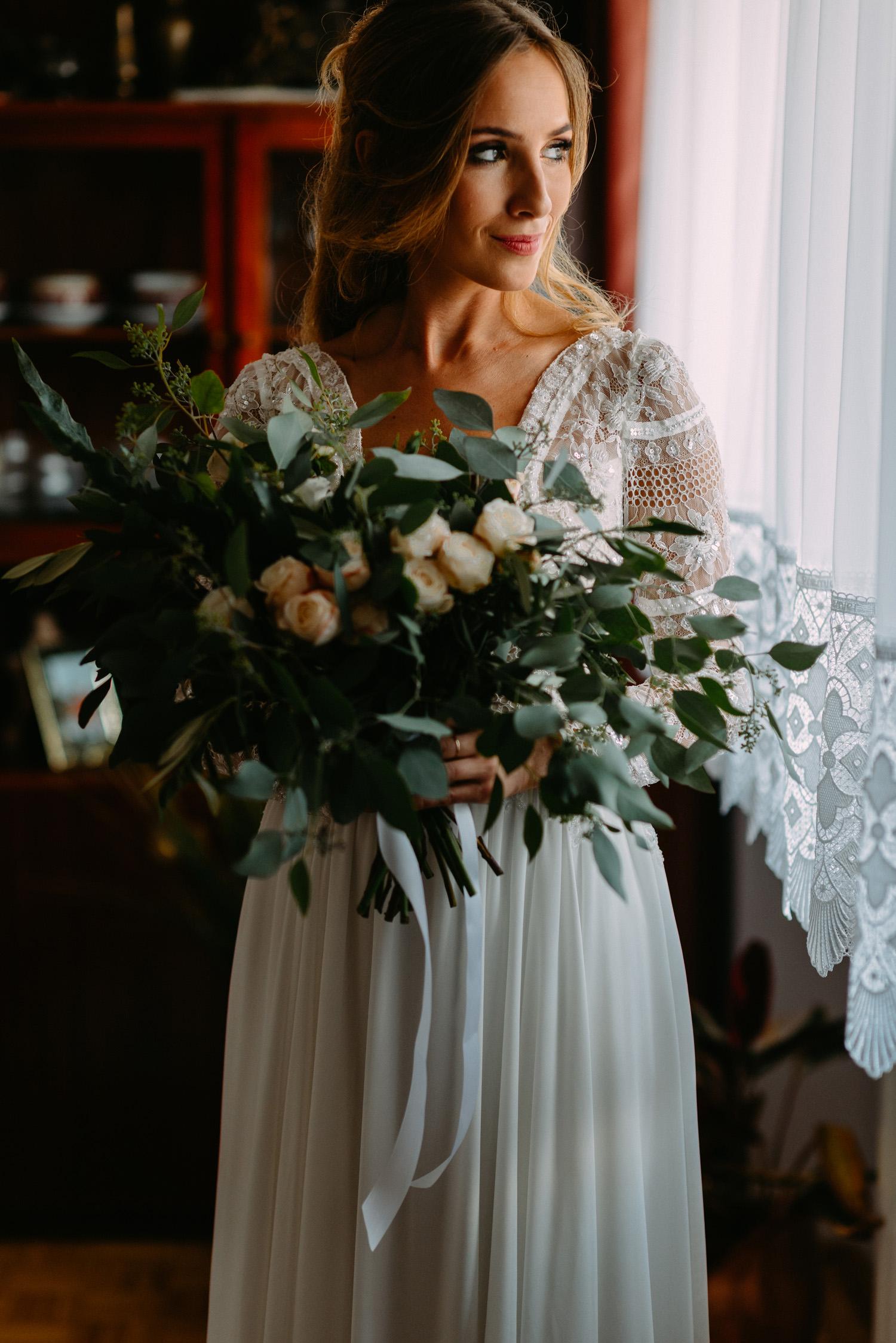 rustykalne wesele pod warszawą- piękny portret panny młodej z bukietem ślubnym- Luke Sezeck