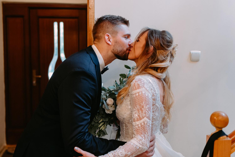 rustykalne wesele pod warszawą- first look młodej pary- Luke Sezeck