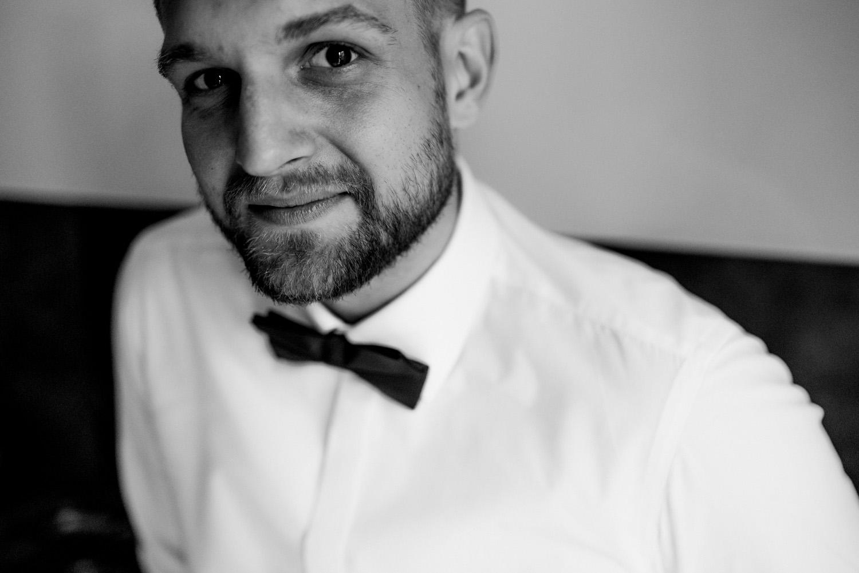 rustykalne wesele pod warszawą- portret pana młodego- Luke Sezeck fotograf ślubny