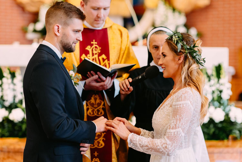 rustykalny ślub pod warszawą- przysięga młodej pary- Luke Sezeck