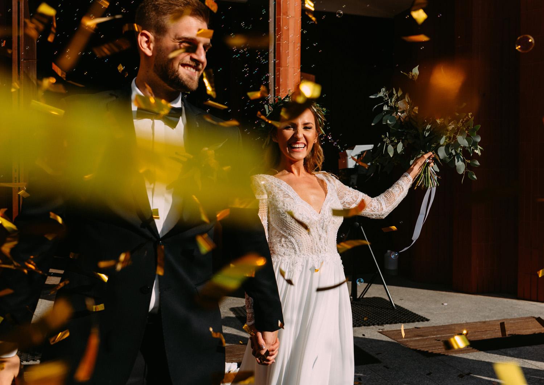 rustykalny ślub pod warszawą- confetti podczas wyjścia z kościoła- Luke Sezeck