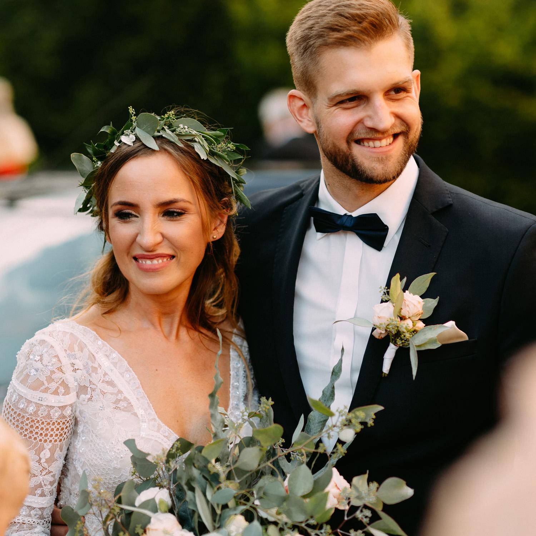 wesele w stylu rystykalnym w Warszawie- portret młodej pary tuż po ślubie- Luke Sezeck