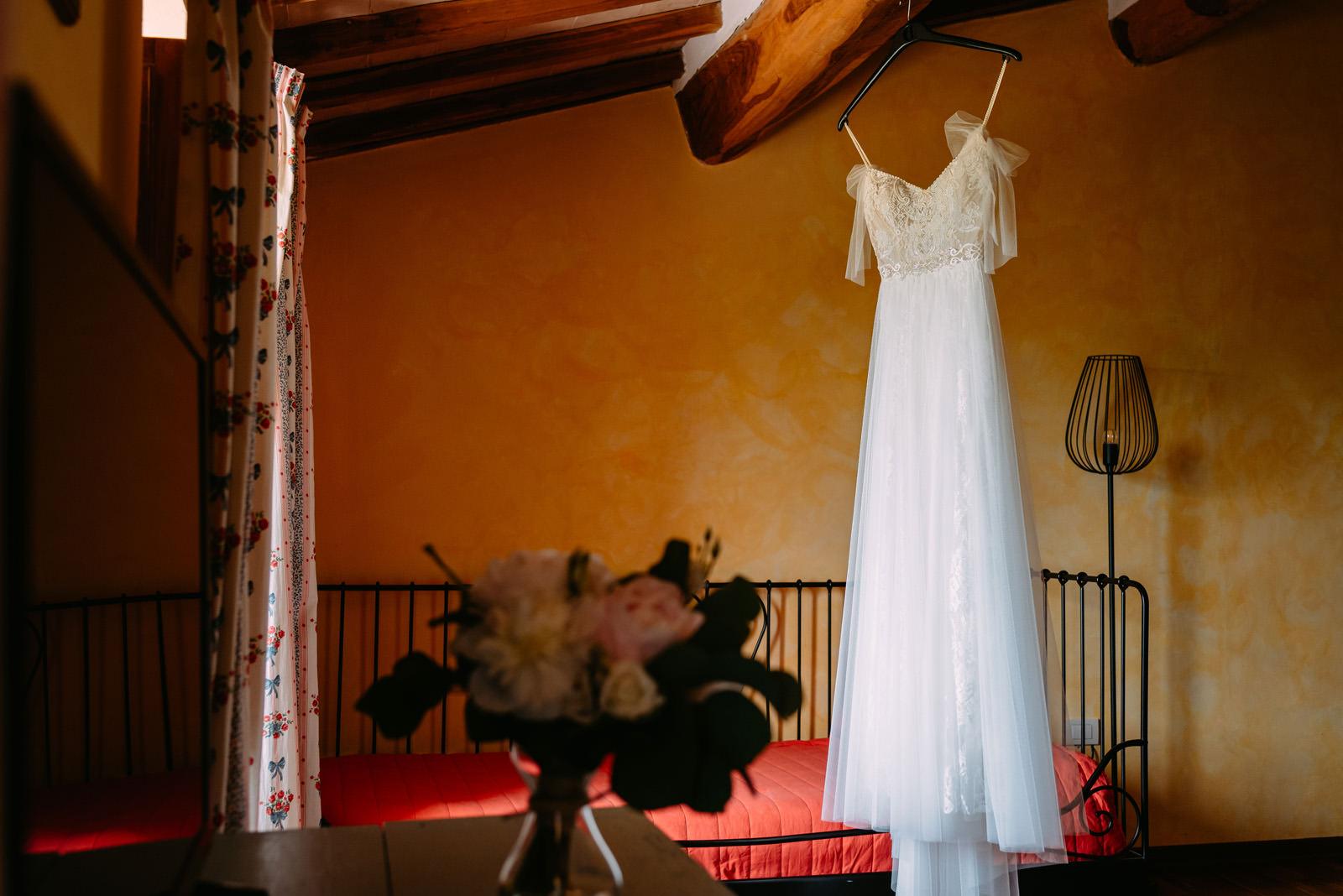 slub za granica - wesele w Castello di Titignano w Umbrii- suknia panny młodej - Luke Sezeck
