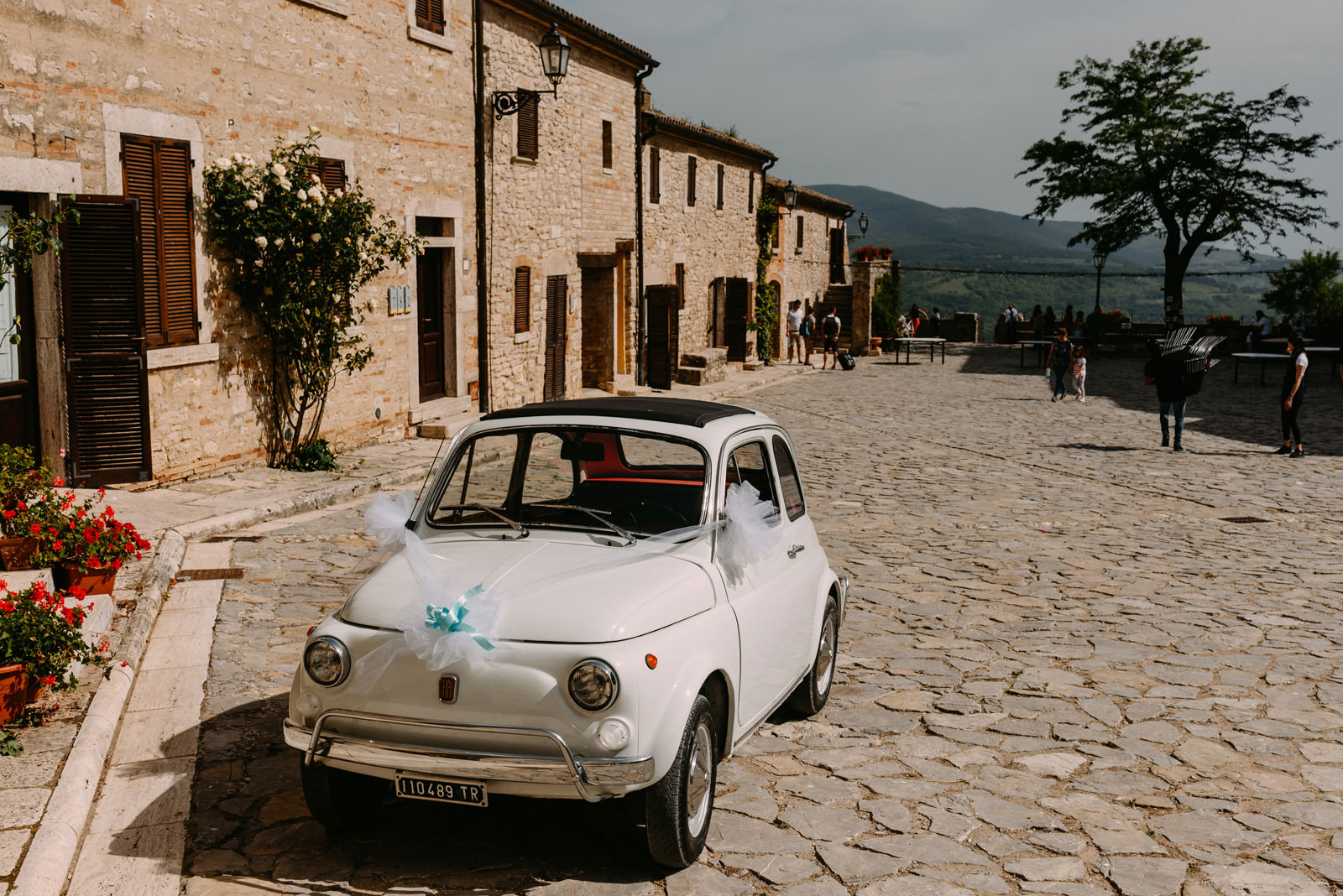 slub za granica- wloskie wesele i widok z Castello di Titignano - Luke Sezeck
