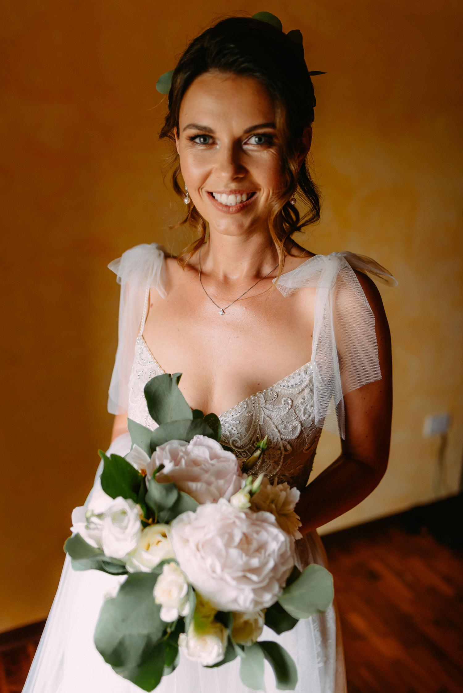 ślub za granicą - piękny panna młoda tuż przed ceremonią - Luke Sezeck