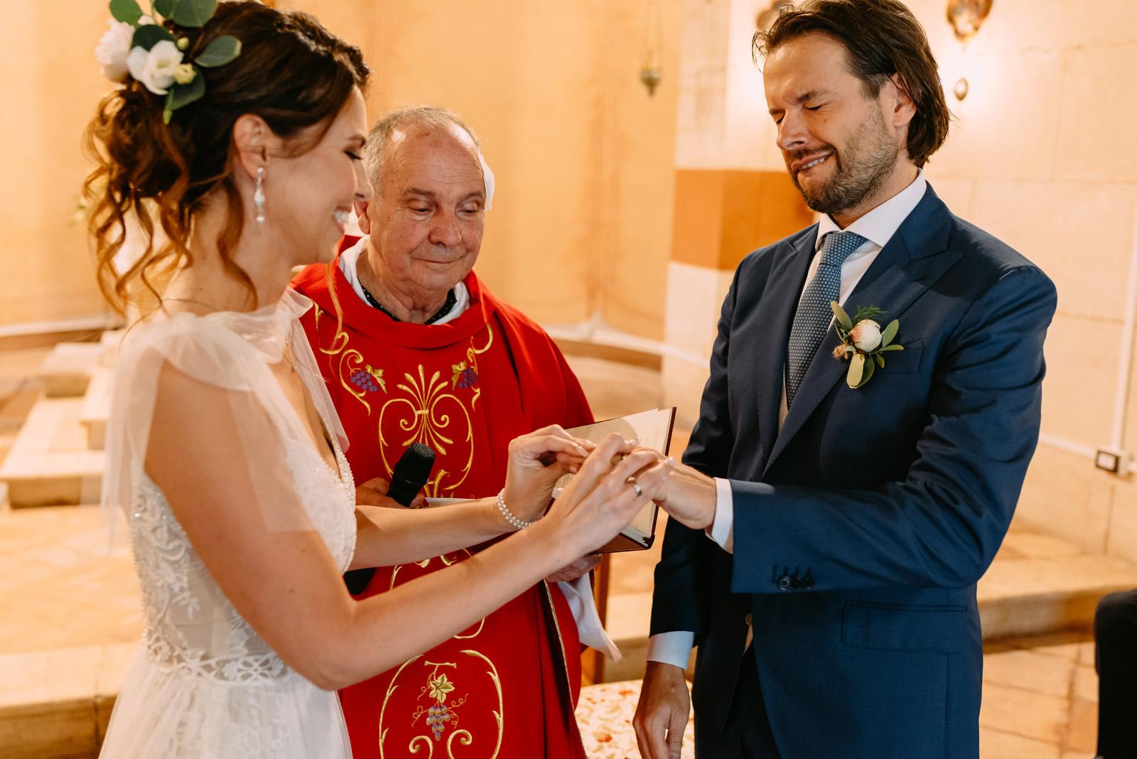 ślub kościelny we Włoszech - wymiana obrączek
