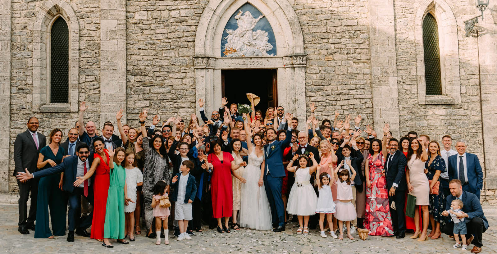 ślub za granicą - włoskie wesele i radosne zdjęcie grupowe z młodą para - Luke Sezeck