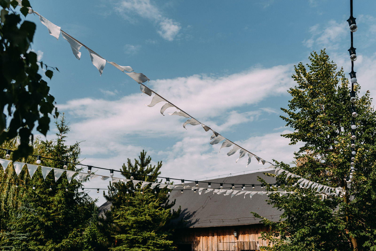 Osada młyńska - wesele w stodole pod Warszawą - Luke Sezeck fotografia ślubna