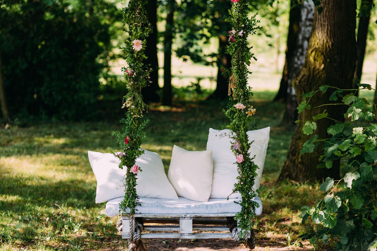 Osada młyńska i wesele plenerowe Oryszew - dekoracje florystyczne strefy chillout - Luke Sezeck fotografia