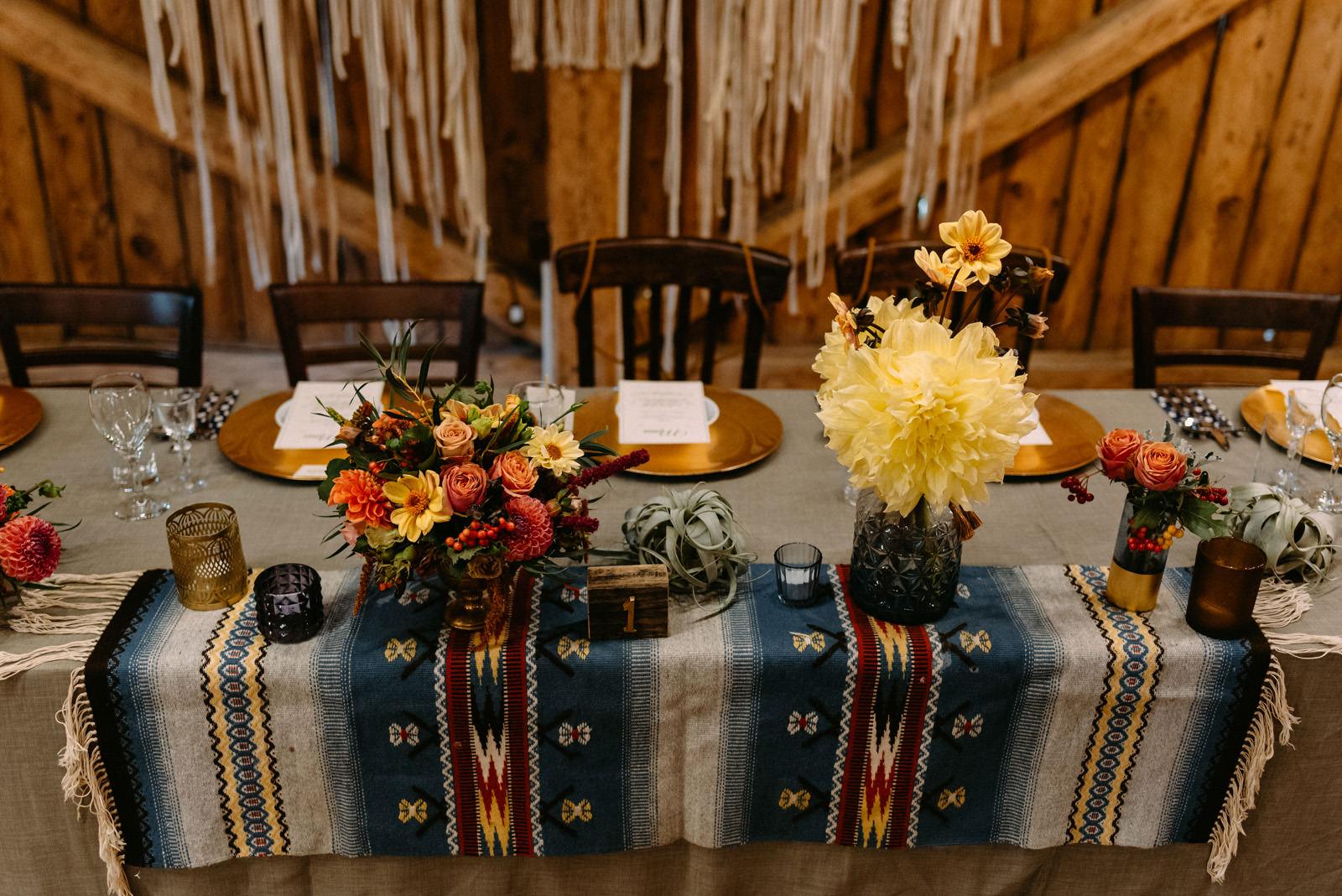 Osada młyńska i wesele w stodole Oryszew - stół weselny i dekoracje stołów weselnych - Luke Sezeck fotografia ślubna
