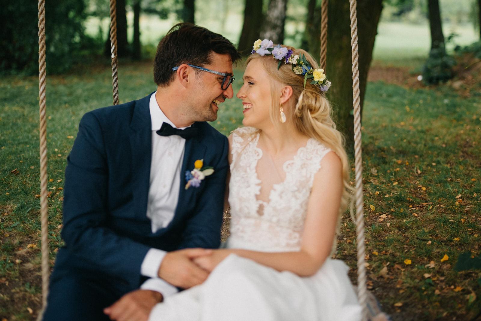 Osada młyńska czyli międzynarodowe wesele w plenerze Oryszew - portret młodej pary - Luke Sezeck fotografia