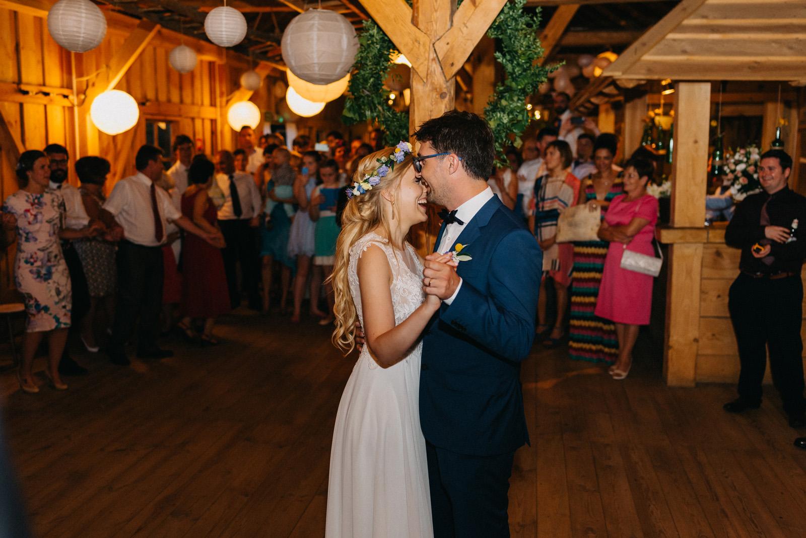 Wesele w stodole- Osada Młyńska Oryszew- pierwszy taniec- Luke Sezeck fotografia ślubna