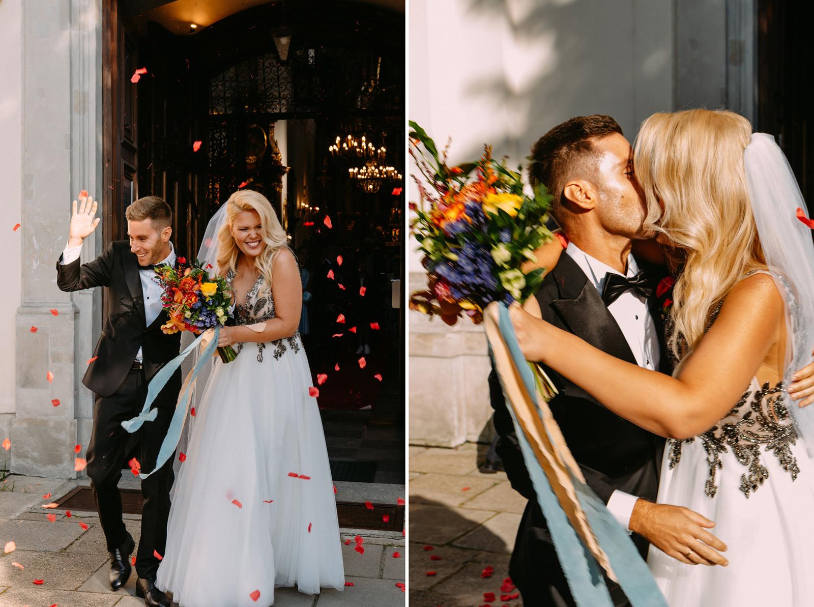 radość młodej pary po ślubie kościelnym- Luke Sezeck fotograf ślubny w Warszawie