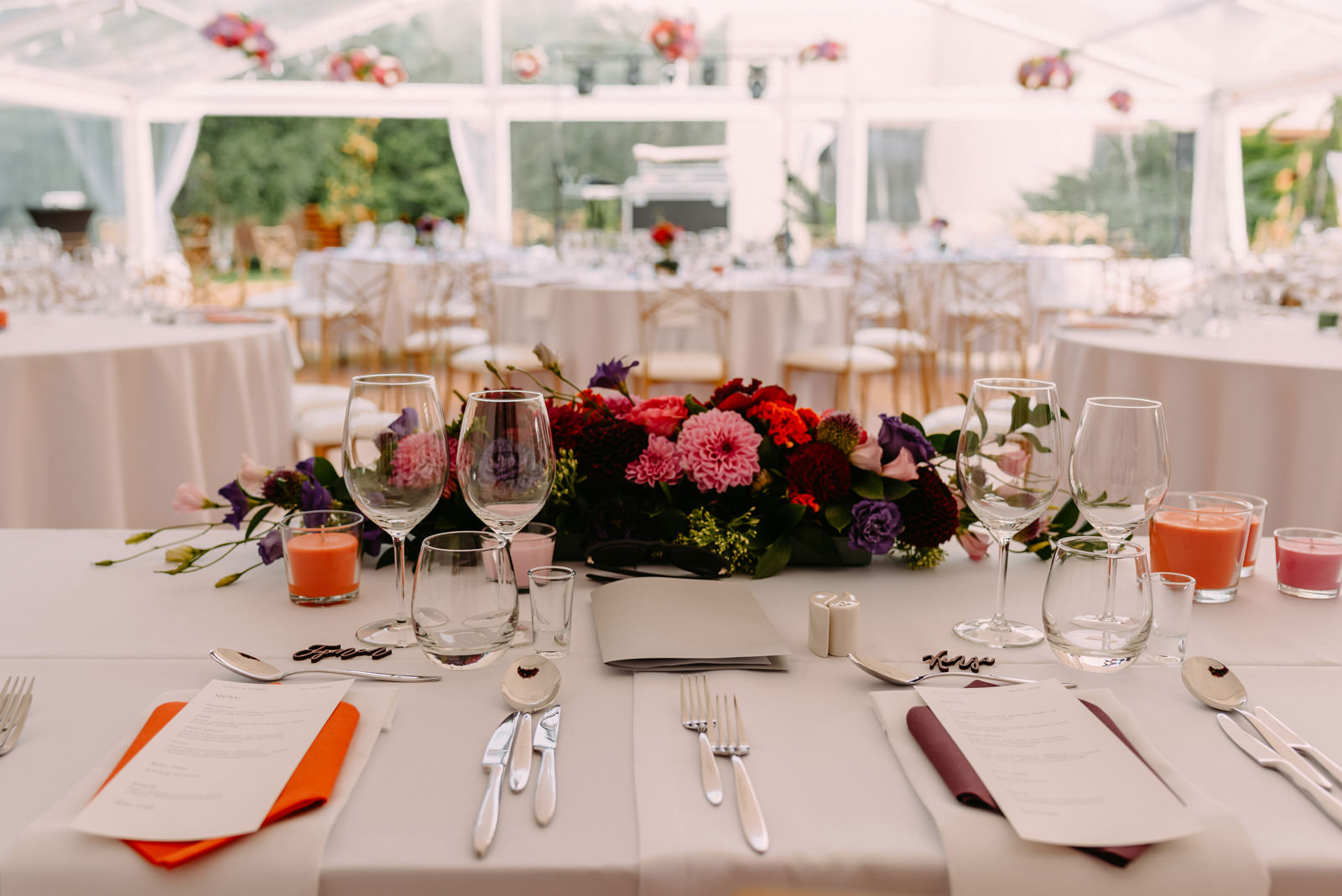 ślub w plenerze- dekoracje weselne stołów- Luke Sezeck
