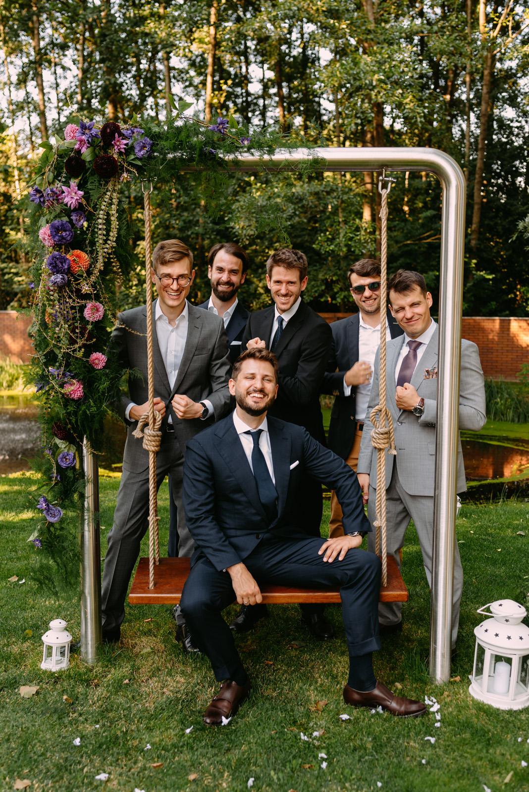 pan młody i świadkowie- zdjęcia ślubne Łódź- Luke Sezeck