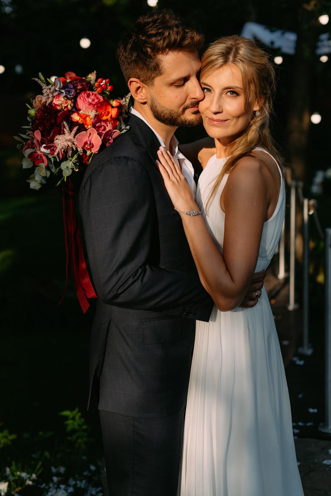 portret młodej pary po ślubie cywilnym w plenerze - Luke Sezeck fotograf ślubny Łódź